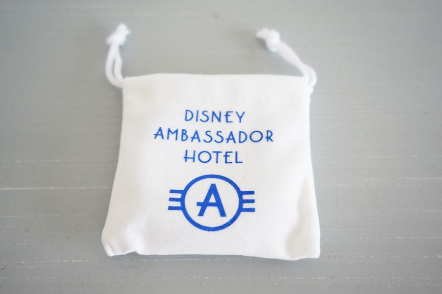 アンバサダーホテル謎解きミッキーとミニーの消えた映画台本の謎の記念品バッグハンガー