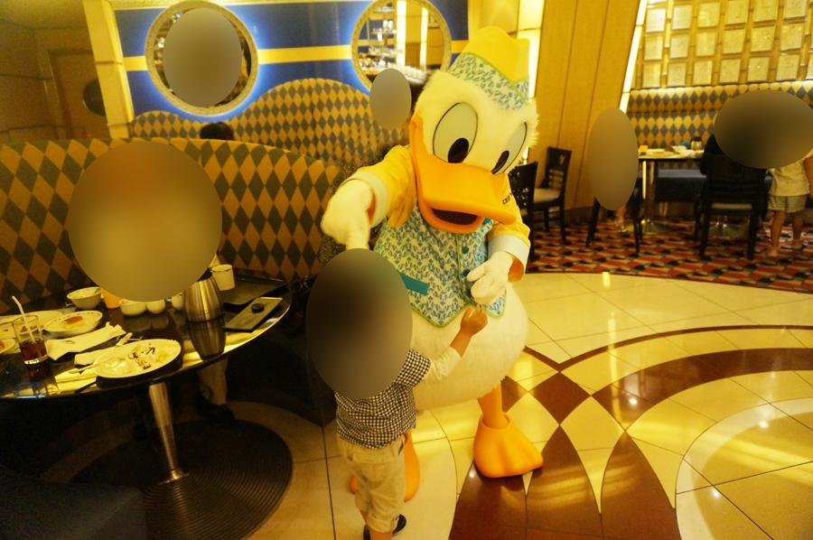 シェフミッキーの朝食ブッフェでキャラクターとグリーティング