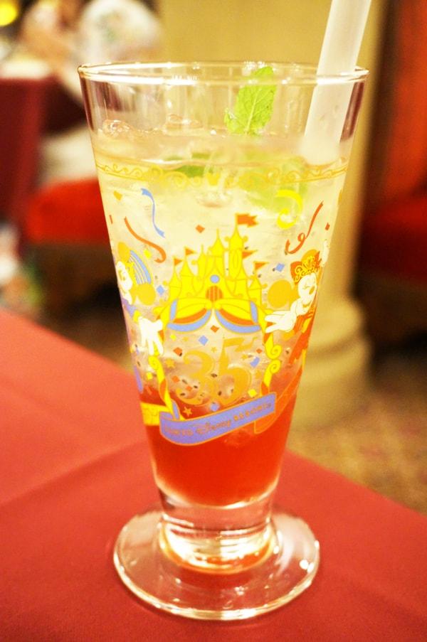 マゼランズの35周年スペシャルソフトドリンク、コレクタブルグラス付き